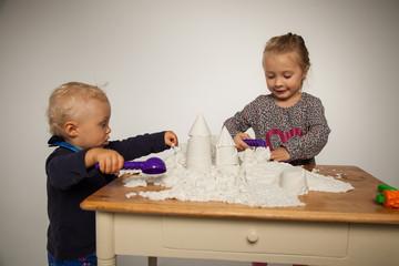 stolz bauen die Kinder eine Burg