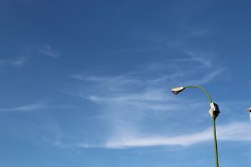 Cielo azul con farola.