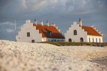 Häuser hinter Muschelbank