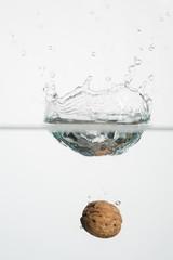 Früchte fallen ins Wasser mit Tropfen
