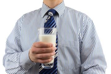 Mann im Oberhemd mit Krawatte hält Milchglas