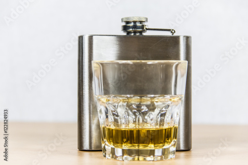 whisky in glas mit flachmann stockfotos und lizenzfreie bilder auf bild 122824933. Black Bedroom Furniture Sets. Home Design Ideas