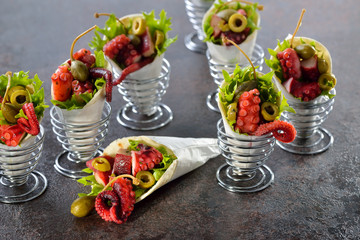 Partyfood: Mini-Wraps gefüllt mit Oktopussalat mit Oliven und Kapern - Mini tortillas stuffed with octopus salad with olives and capers, served in wire egg cups