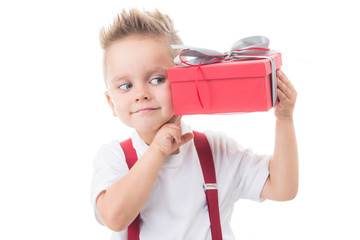 kind ist neugierig auf ein geschenk