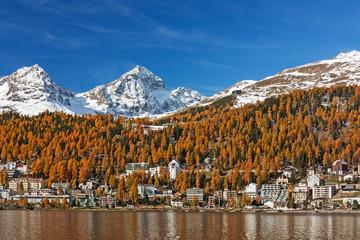 St. Moritz mit St. Moritzersee im Herbst im Engadin in Graubünden, Schweiz. Links im Bild die Berge Piz Albana und Piz Julier