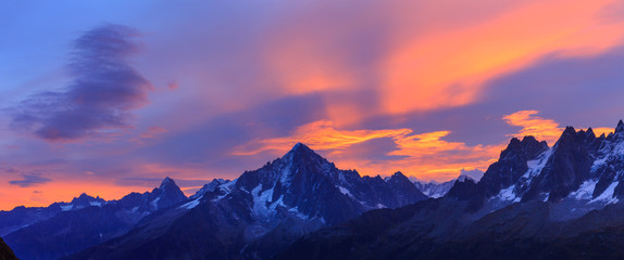Fotomurales - Panorama of the Alps near Chamonix during a colorful, autumn sunrise.