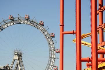 Riesenrad und rote Rohre