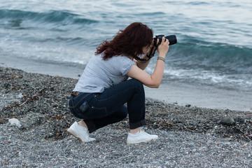 La fotografa in riva al mare