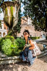 Femme devant la fontaine dans le jardin des thermes de Dioclétien à Rome