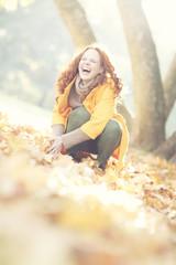junge Frau im Herbst