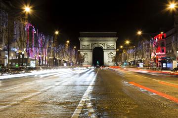 La strada degli Champs-Élysées a Parigi nel periodo natalizio con l' Arco di Trionfo sullo sfondo