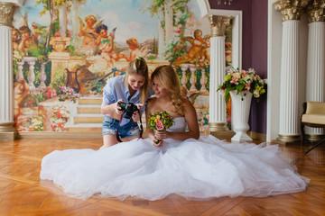 Wedding photographer showing photos
