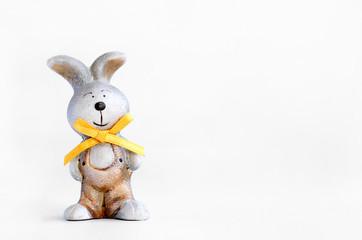 Винтажный заяц с оранжевым бантом