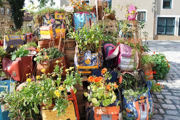 Schultaschen als Blumentöpfe