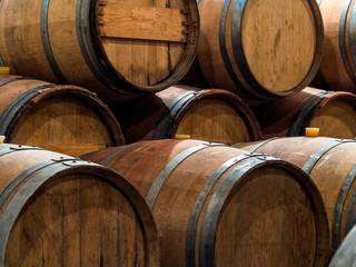 Weinfässer in einem Weinkeller