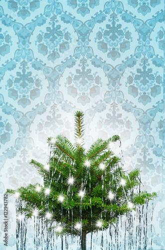 altmodische tapete mit weihnachtsbaum mit altem lametta wie bei oma fr her stockfotos und. Black Bedroom Furniture Sets. Home Design Ideas