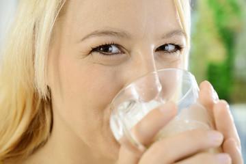 Frau trinkt Milchkaffee, Cappucino oder Latte Machiato