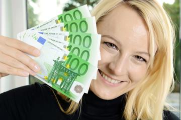 Frau mit vielen Euro Geldscheinen aus Sonderzahlung, Bonus oder Erbe
