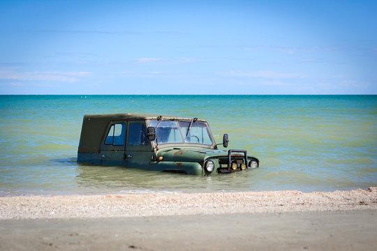 car sinks in the sea tide