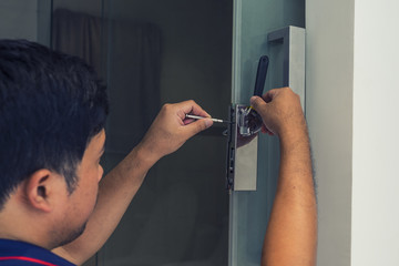 locksmith to fix a bathroom door with screwdriver