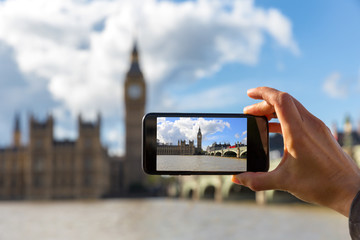 Tourist fotografiert Westminster und Big Ben mit seinem Smartphone