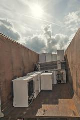 Technik Schrott im Container in der Sonne