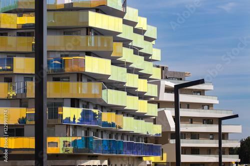 Deux immeubles l 39 architecture moderne aux couleurs for L architecture moderne