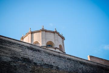 Devant l'entrée du Musée du Vatican à Rome