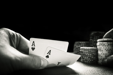 Zwei Asse beim Texas Holdem Poker.