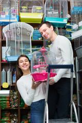 couple purchasing bird cage