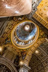 Intérieur de la Basilique Saint-Pierre du Vatican à Rome