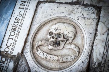 Tumba de mármol en el suelo del cementerio de Pisa, Italia