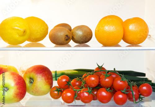 """""""Obst und Gemüse im Kühlschrank"""" zdjęć stockowych i"""