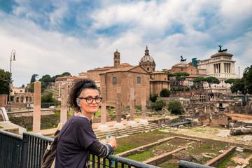 Femme devant le Forum Romain à Rome