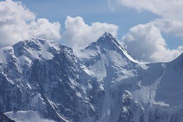 Снежные горные вершины в облаках