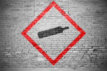 Ziegelsteinmauer mit GHS-Piktogramm Gasflasche Graffiti