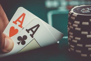 Zwei Asse mit Chips Poker