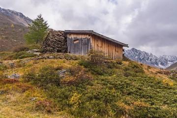 Heustadel mit Steinmauer im Ötztal