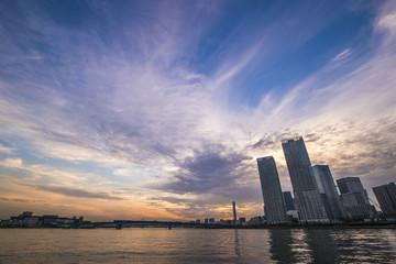 夕焼けの都市風景