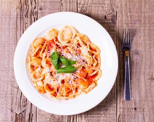 Orecchiette al sugo con basilico e parmigiano