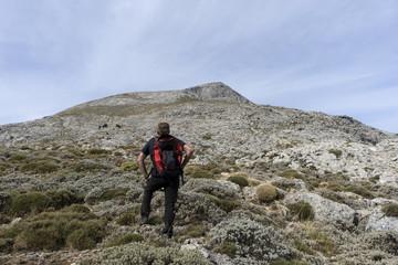 senderista que observa la cumbre de la Maroma, Málaga