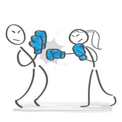 Konkurrenzkampf - Mann und Frau tragen Boxkampf aus