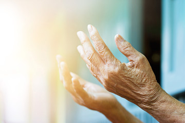 Canvas Afdrukken  -  Elderly woman hands praying with peace of mind and faithfully.