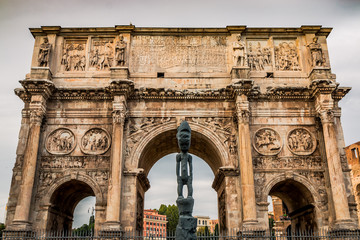 L'arc de Triomphe de Constantin près du Colisée à Rome