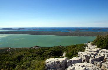 Ausblick von Kamenjak über den Vransko Jezero und kroatischen Inseln.