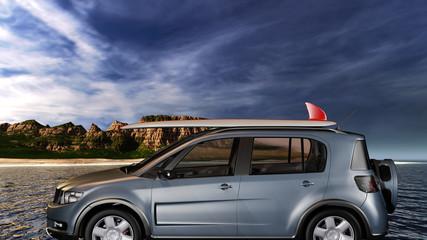 Kleiner Sport-SUV mit Surfbrett am Meer