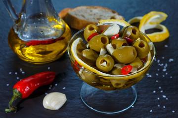 оливки с чесноком и цедрой лимона в оливковом масле