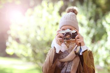 Fotografin mit Mütze & Kamera im Herbst