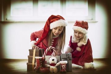 Mädchen bei den Weihnachtsgeschenken