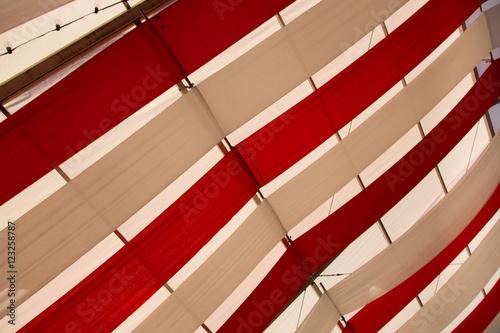 Festzelt Dach mit weißen und roten Schmuck\